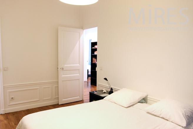 Chambre avec salle de bains et dressing. C1275