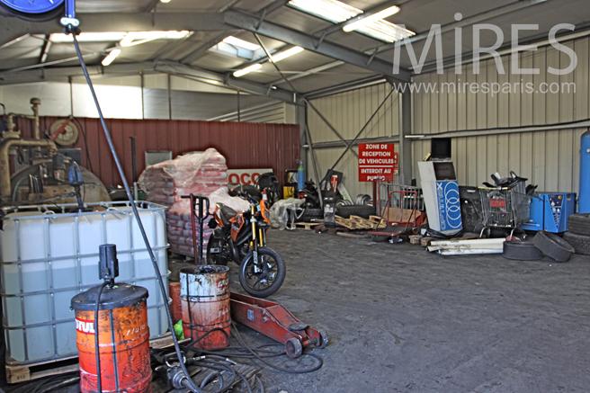 Hangar pour les pneus c1282 mires paris for Garage pneu paris