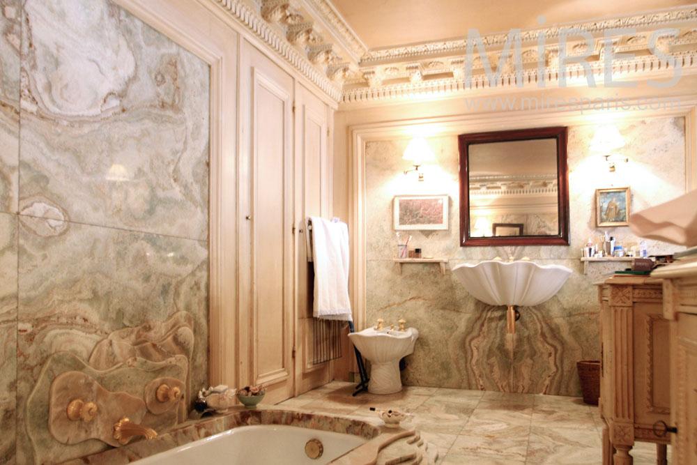 Salle de bains ornée de marbre. C1286