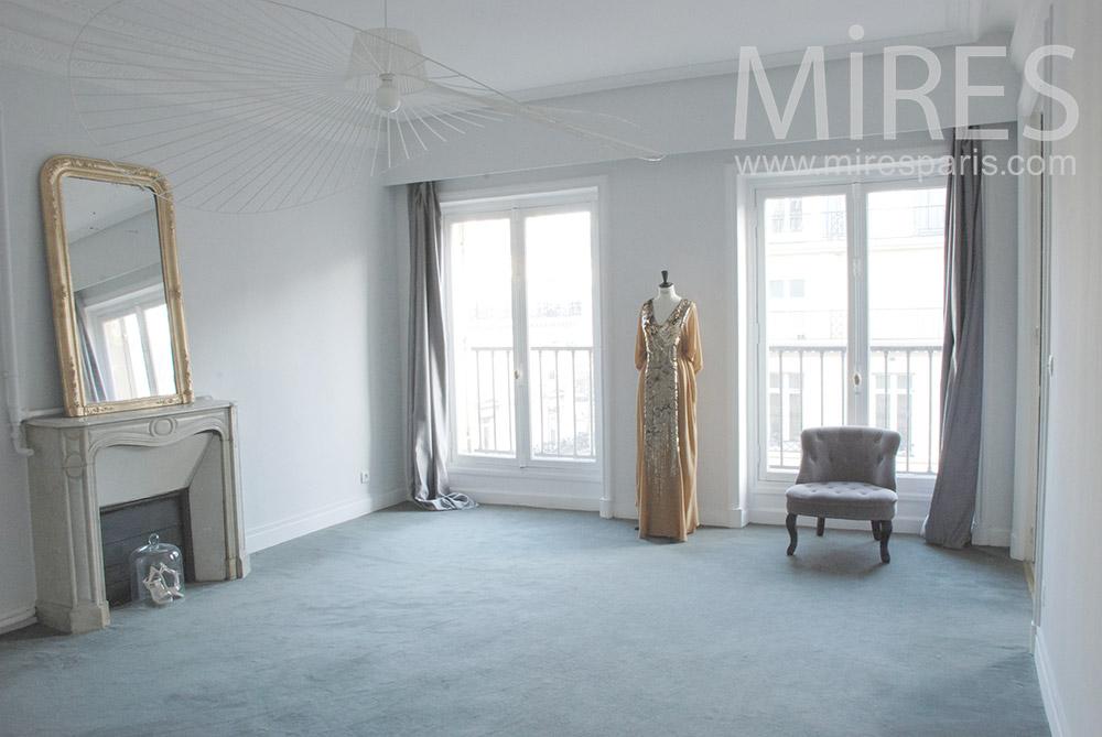 Classic empty apartment. C1295