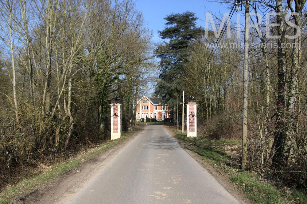 Entrée au château par le chemin. C1321