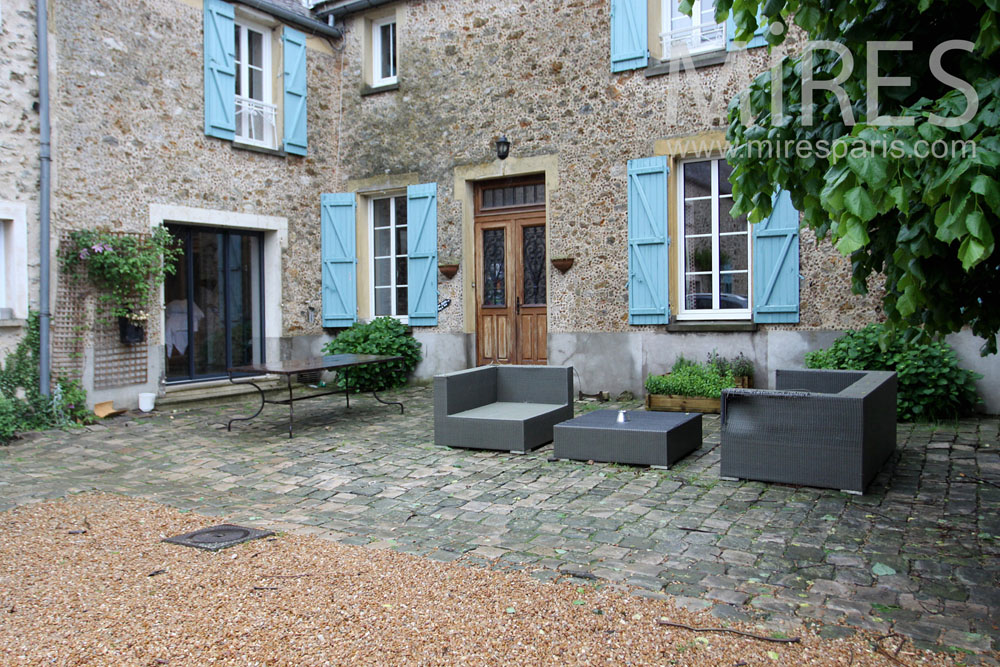 Terrasse pavée devant l'entrée. C1338