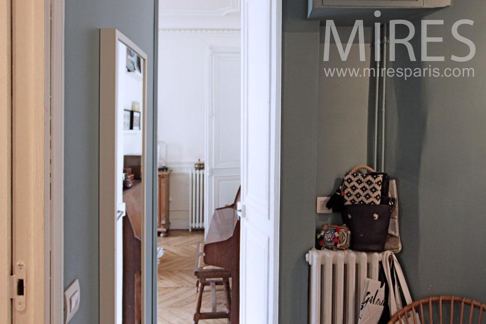 Petite chambre avec salle de bain c1343 mires paris for Petite chambre avec salle de bain