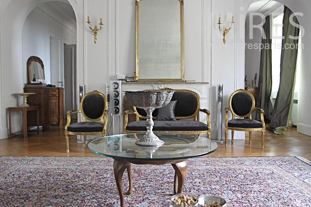 Grand salon et tapis géant. C1353