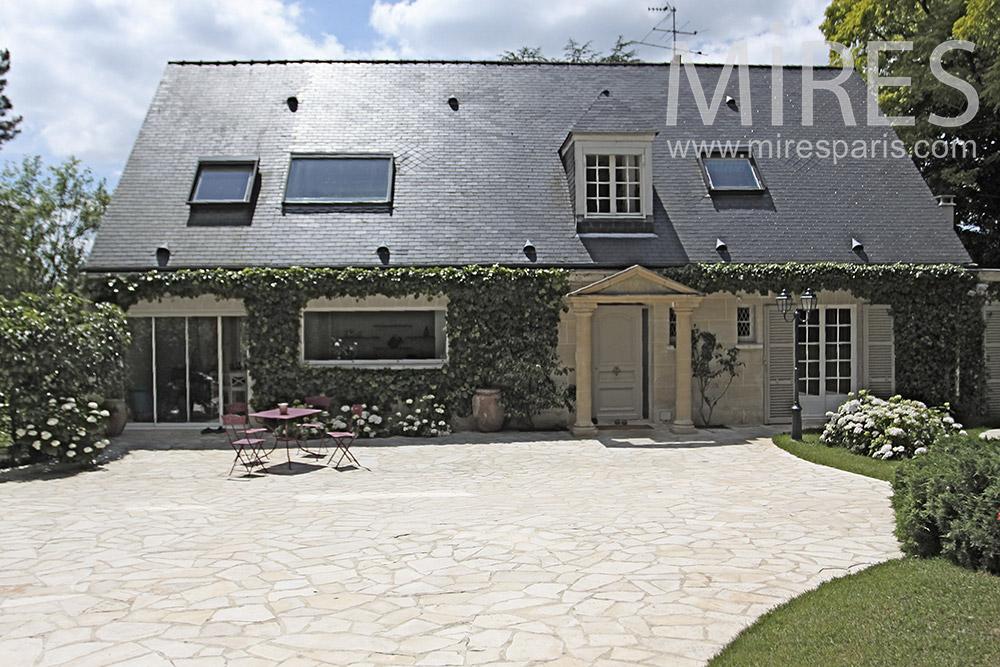 Belle maison spacieuse avec piscine intérieure. C1355