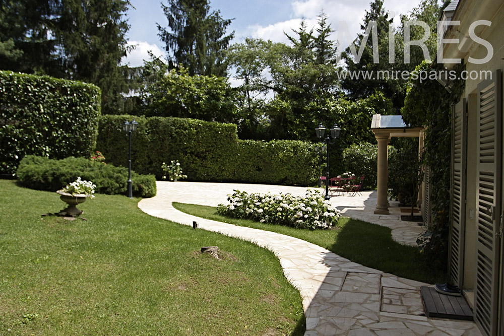 Belle maison spacieuse avec piscine int rieure c1355 for Belle piscine paris