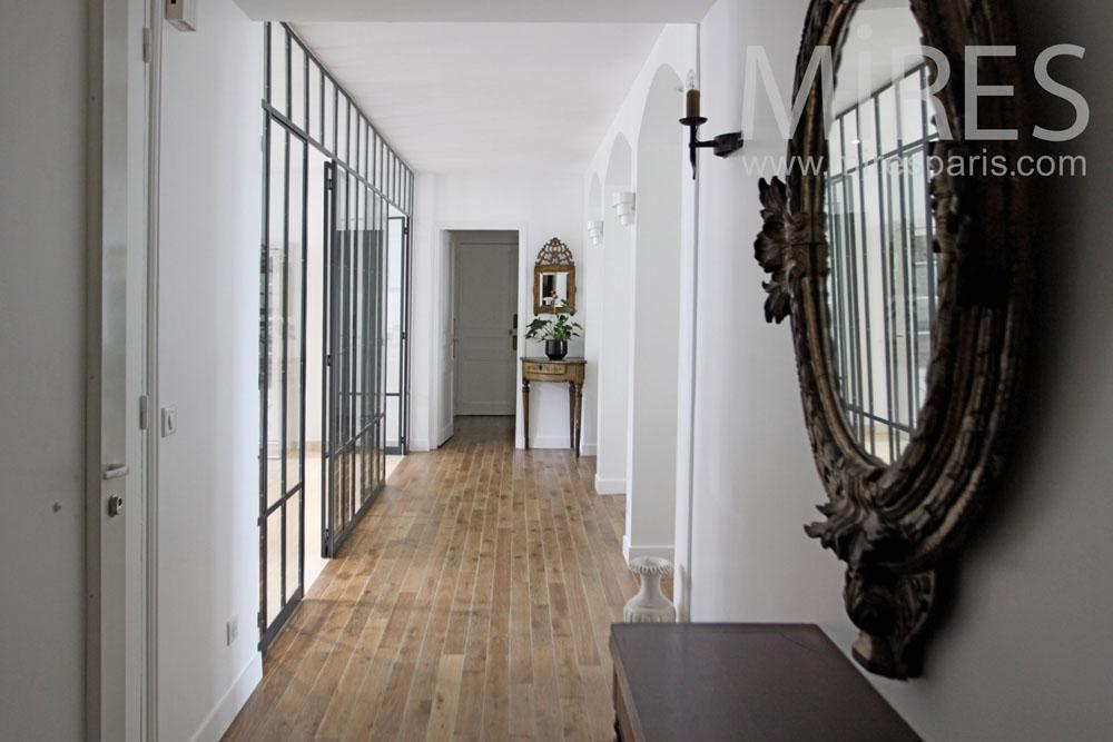Entrée ouverte sur le living-room. C1336