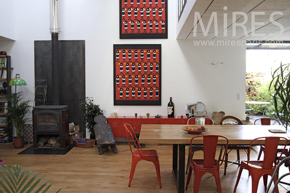Dîner rouge et cheminée noire. C1364