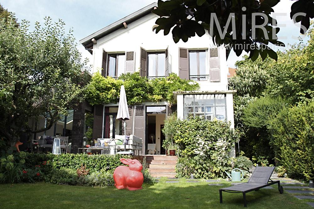 Jolie maison dans le jardin. C1365