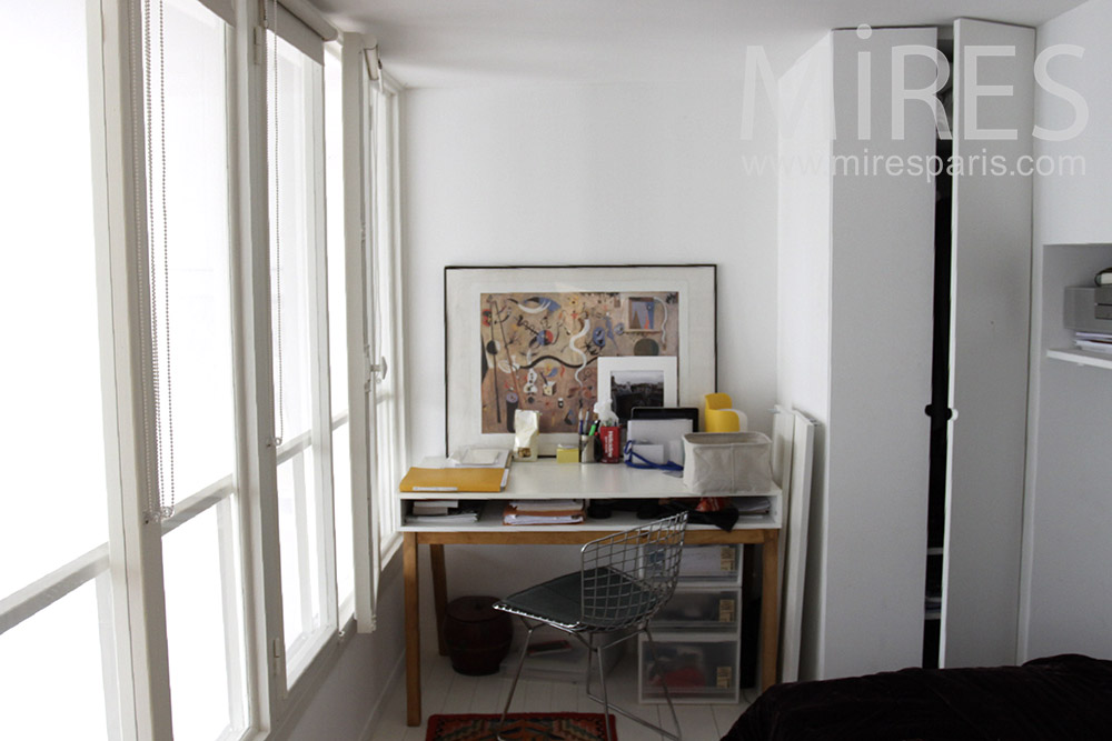 Petite chambre et mur de verre. C1370