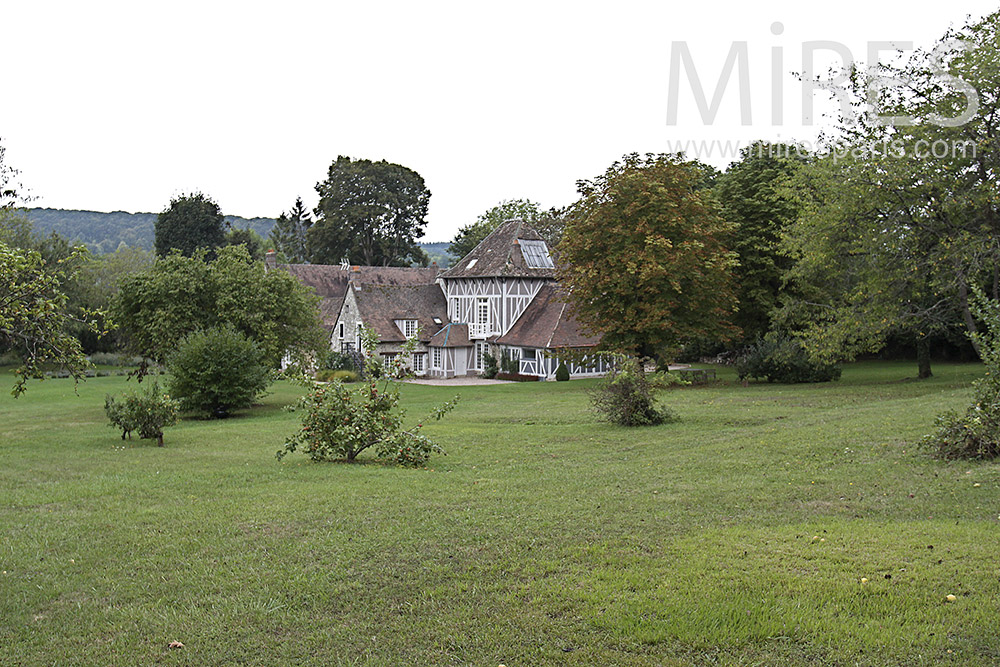 Grande maison normande et dépendances. C1372