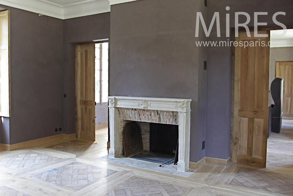Cheminée de marbre et parquet. C1373