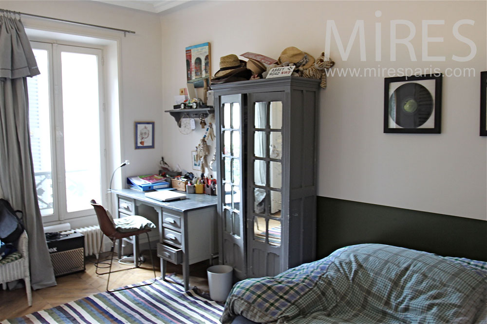 Relaxing and studious bedroom. C1378