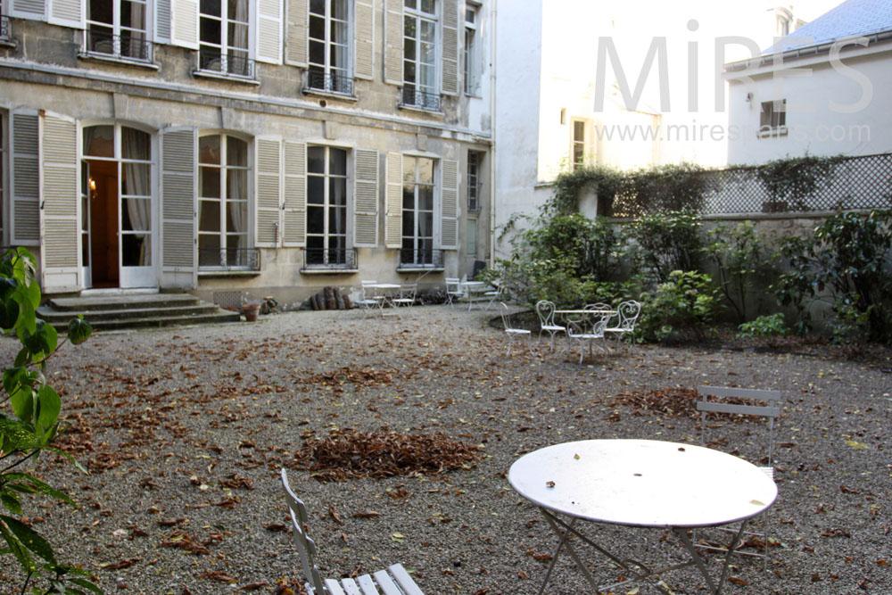 Cour parisienne en automne. C1379