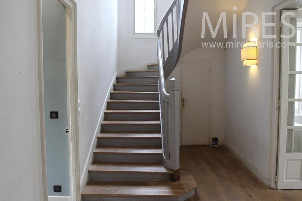 Classique escalier de bois. C1388