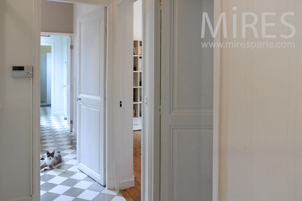 (Français) Couloirs et enfilades de portes. C1390