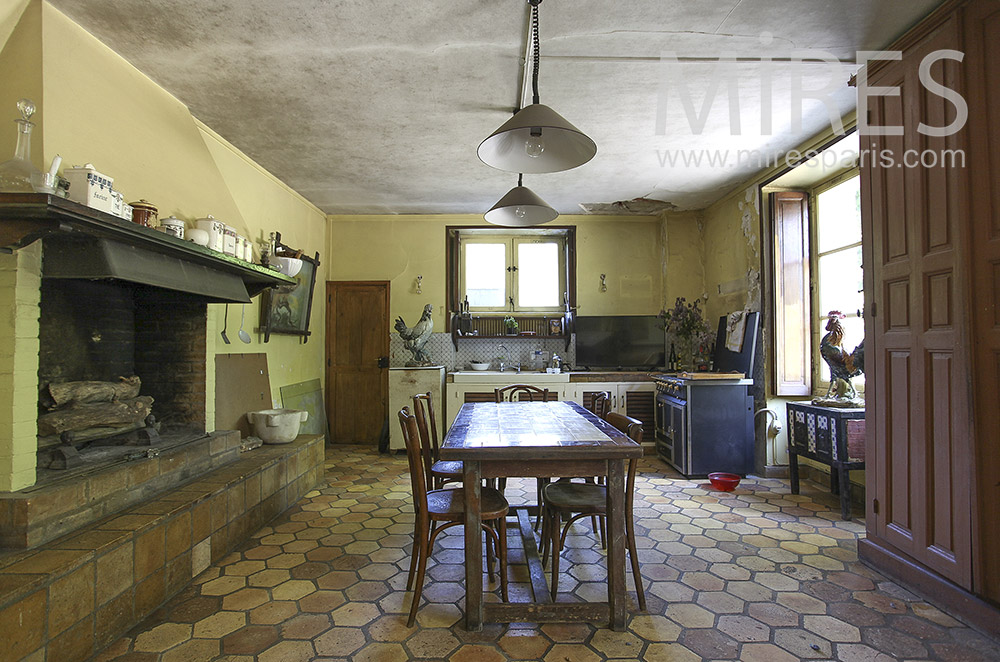 Large country kitchen. C1396