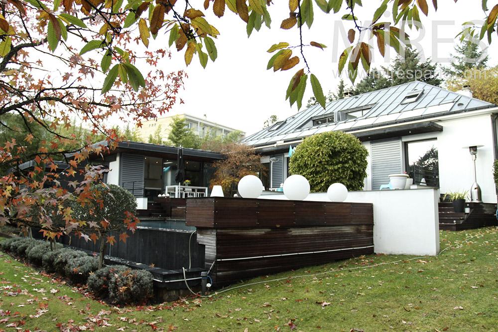 Maison moderne avec piscine. C1399