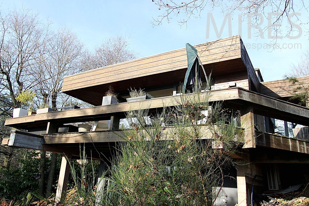 Maison moderne, en bois, sur pilotis. C1415