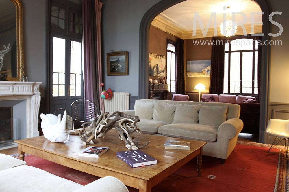 Sofa gris et table basse. C1432