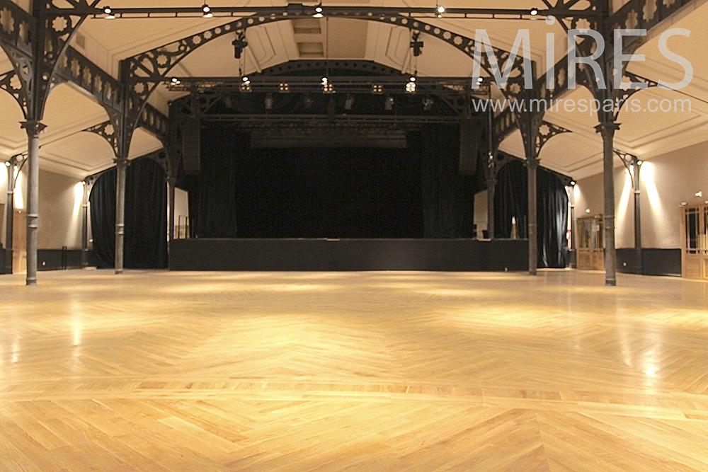 Scène noir sur plancher clair. C1445