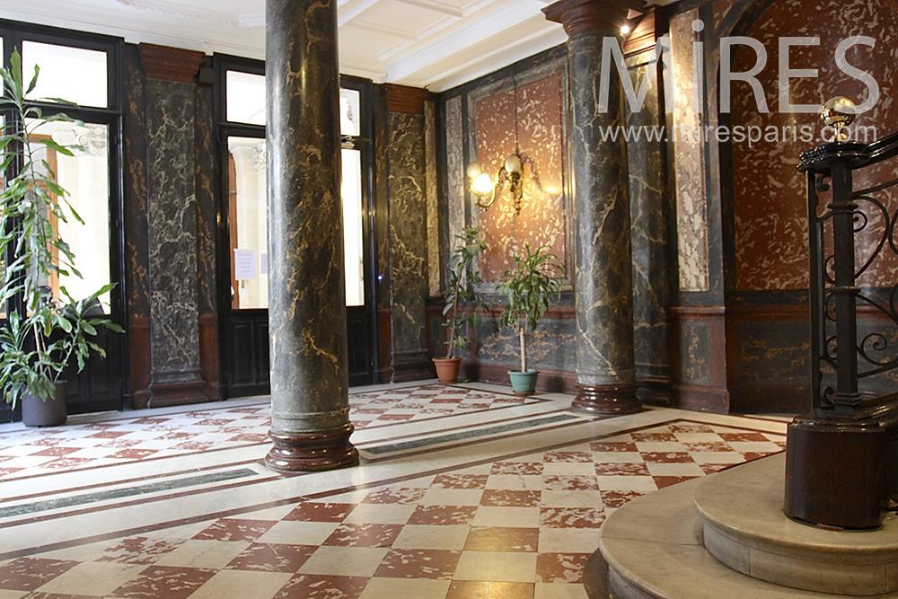 Vaste entrée de marbre. C1452