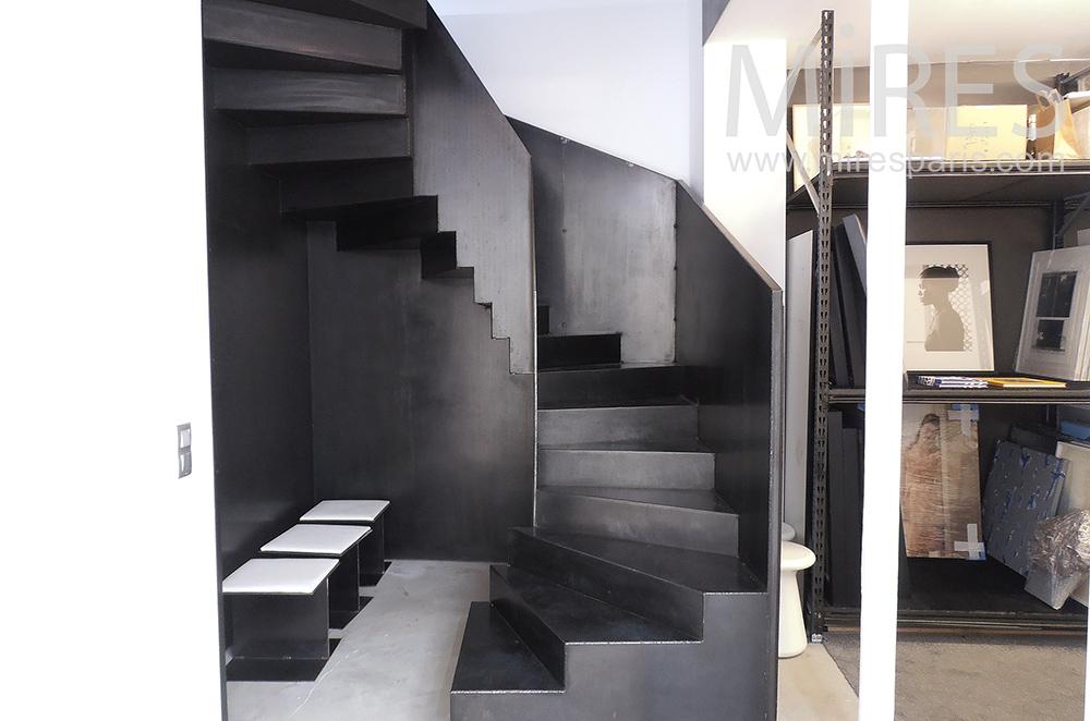 Escalier de métal noir. C1380