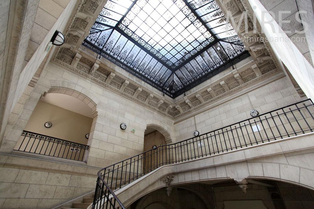 Grand escalier baigné de lumière. C1462