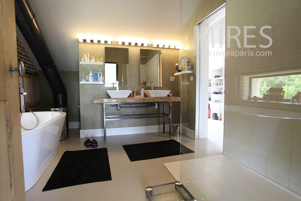 Spacieuse salle de bains. C1463