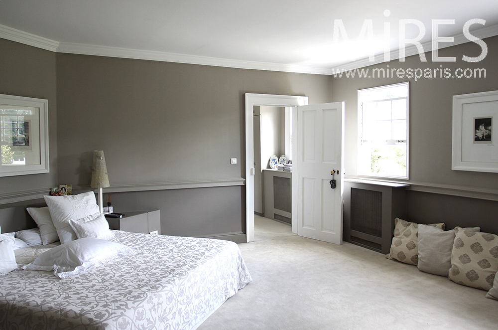 Large gray and white room. C1480