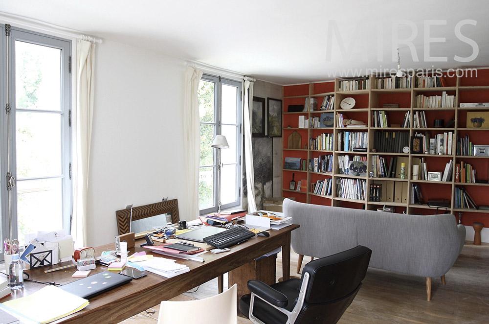 Long bureau et bibliothèque. C1482