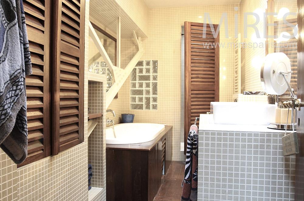 Salle de bain, carrelages et bois. C1487