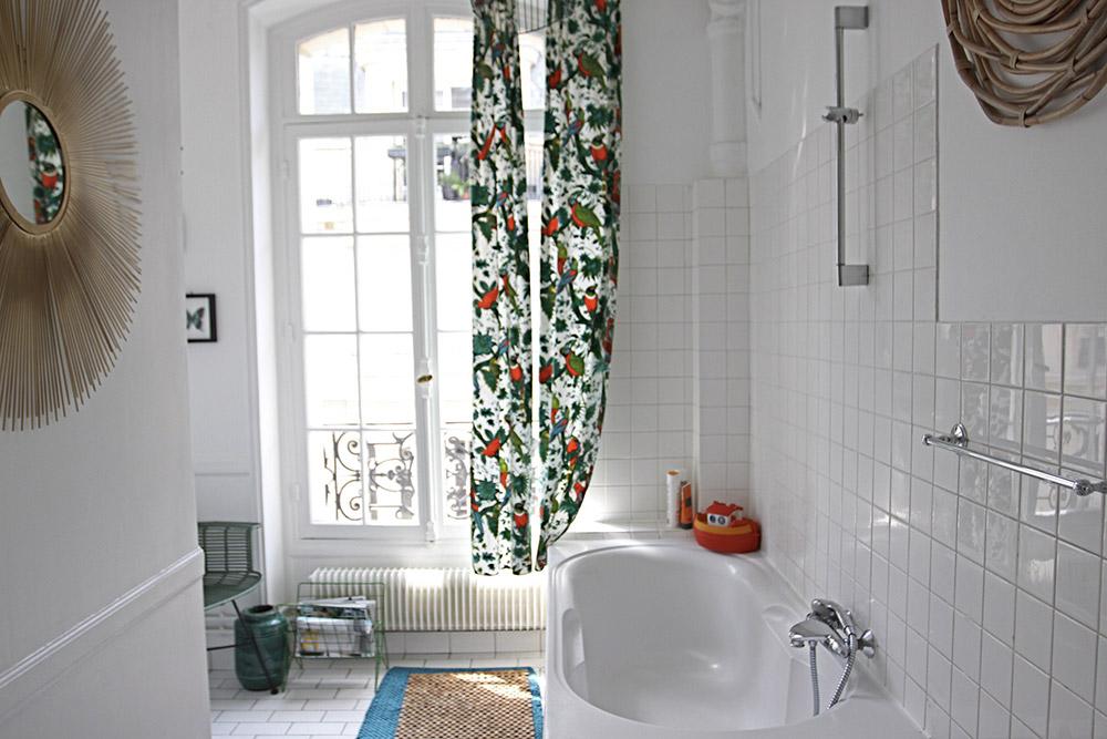 Bains blancs et large fenêtre. C1345