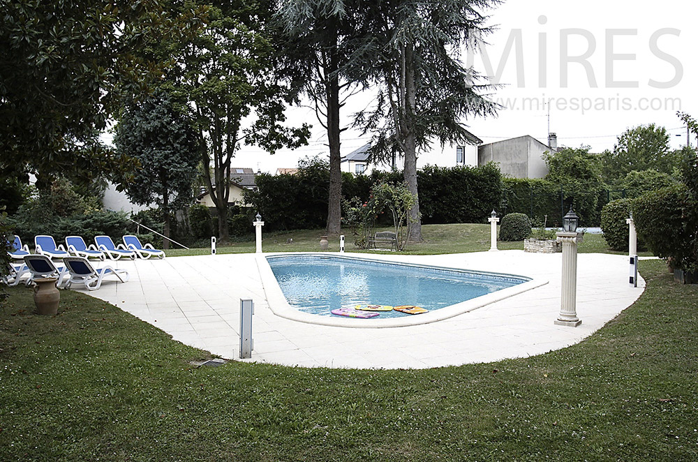 Une piscine dans le jardin. C1491
