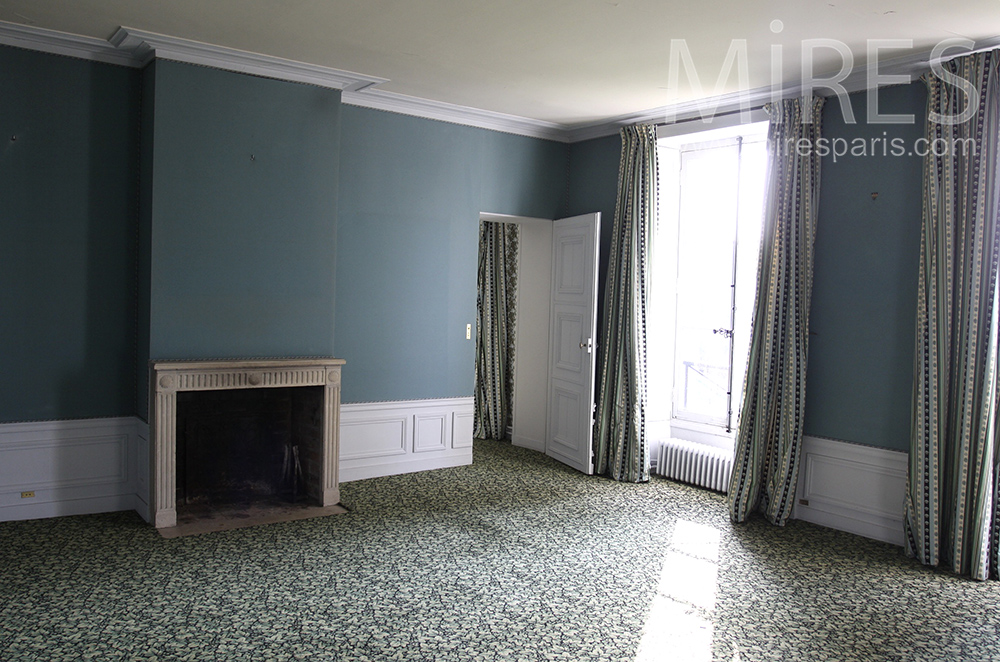 Empty room with fireplace. C1242