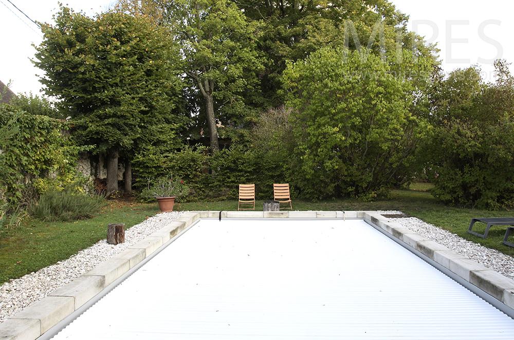 La piscine au fond du jardin. C1495