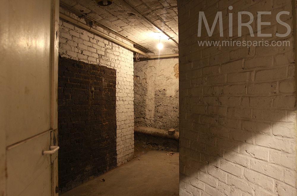 salle de bain v tuste en sous sol c1496 mires paris. Black Bedroom Furniture Sets. Home Design Ideas