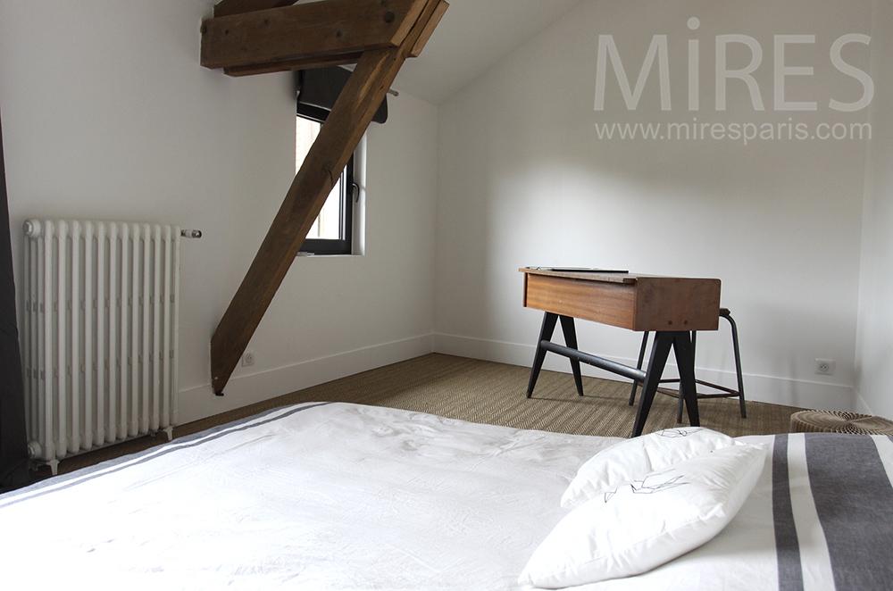 Chambre épurée avec bureau. C1497