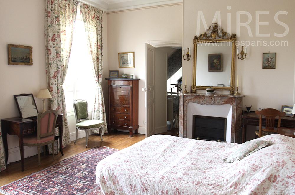 Chambre ancienne avec lit bébé. C1501 | Mires Paris