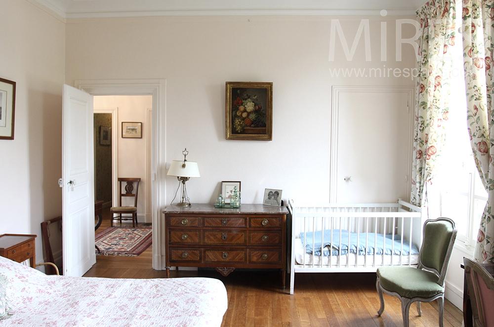 Chambre ancienne avec lit b b c1501 mires paris for Chambre bebe paris
