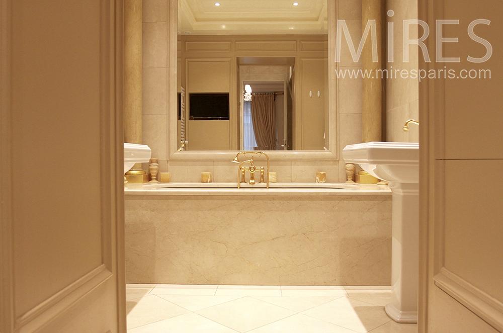 Bains de marbre et dorures. C1510