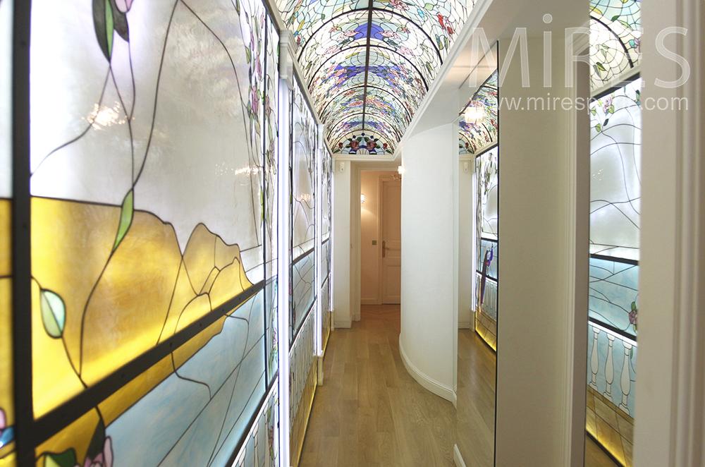 Le couloir des vitraux. C1510