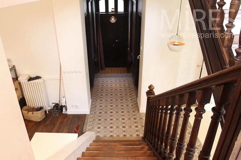 Entrée carrelée et escalier massif. C1516