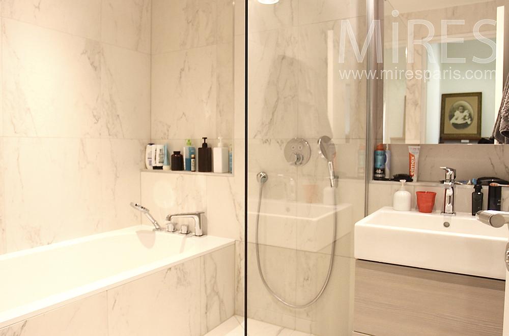 Salle de bains marbrée. C1519