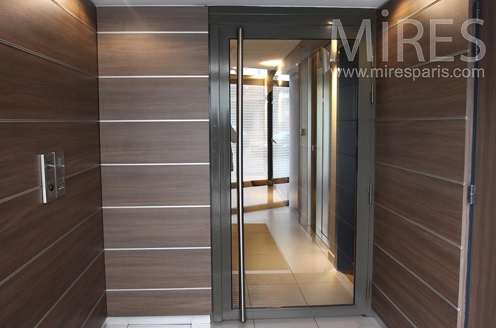 Entrée moderne et escalier blanc. C1519