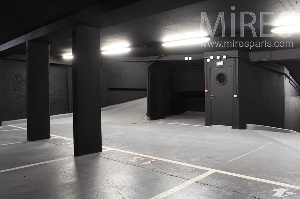 Garage noir. C1522