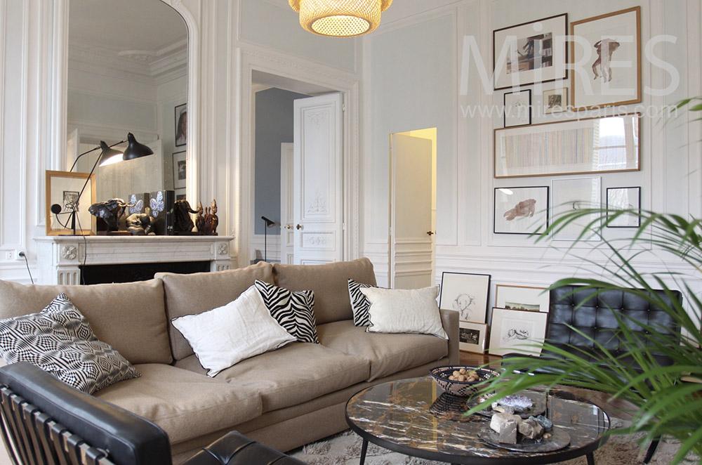 Salon haussmannien beige avec télévision. C1525