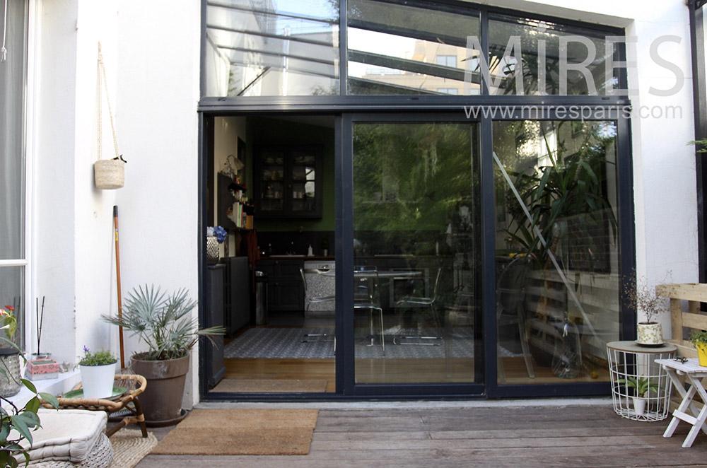 Terrasse et petit jardin. C1527