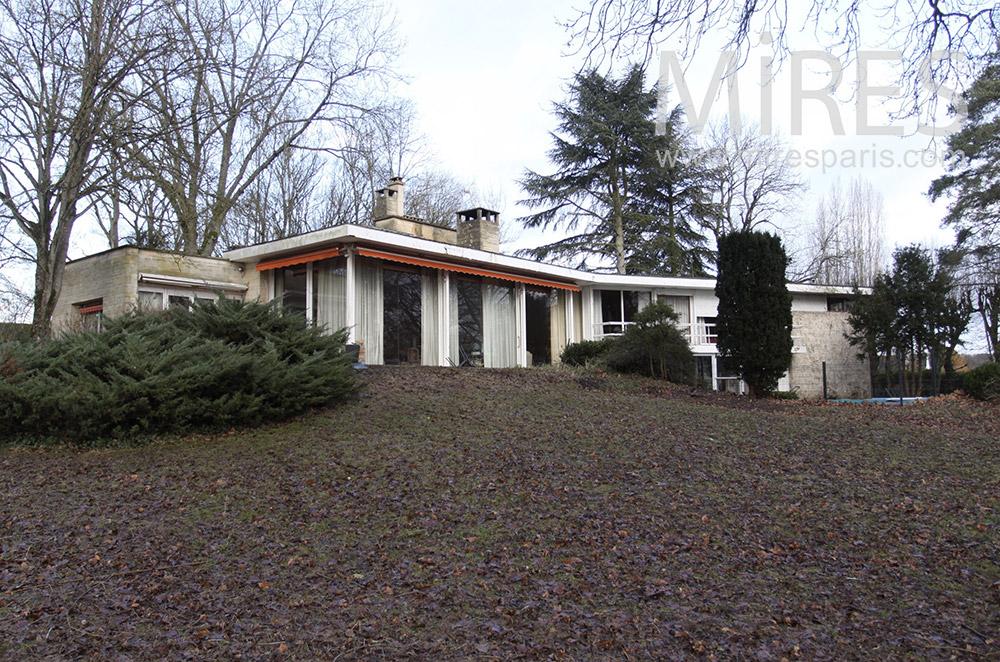 Maison moderne basse avec piscine. C1528