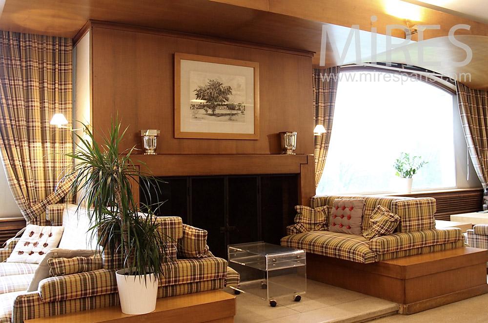 Confortable salon au coin du feu. C1532